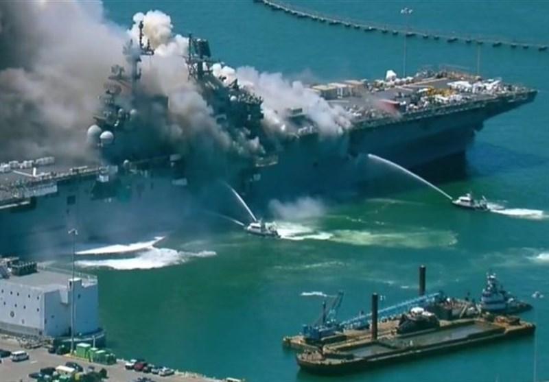 ناو آمریکایی همچنان در آتش میسوزد/ کارشناسان آمریکایی: شانس نجات این ناو کم است