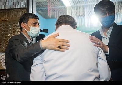پرویز فتاح رئیس بنیاد مستضعفان به زندانیان آزاد شده تبریک میگوید.