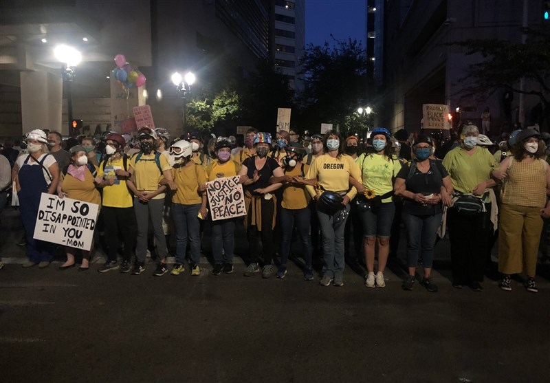 Portland Mothers Form Human Wall to Protect Protesters from Federal Officers (+Video)