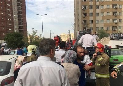 آتشسوزی در یک مجتمع ۱۰ طبقهای در شمال شرق تهران + تصاویر