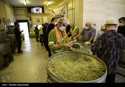طبخ و توزیع غذای گرم در شب شهادت امام محمد باقر (ع) در محلات حاشیه نشین گرگان
