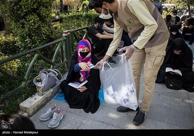 توزیع ماسک نذری در مراسم دعای عرفه - مسجد ارک تهران و خیابانهای اطراف