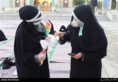پخش کردن دستکش های یک بار مصرف برای جلوگیری از شیوع ویروس کرونا در حاشیه نماز عید قربان در امامزاده پنج تن لویزان