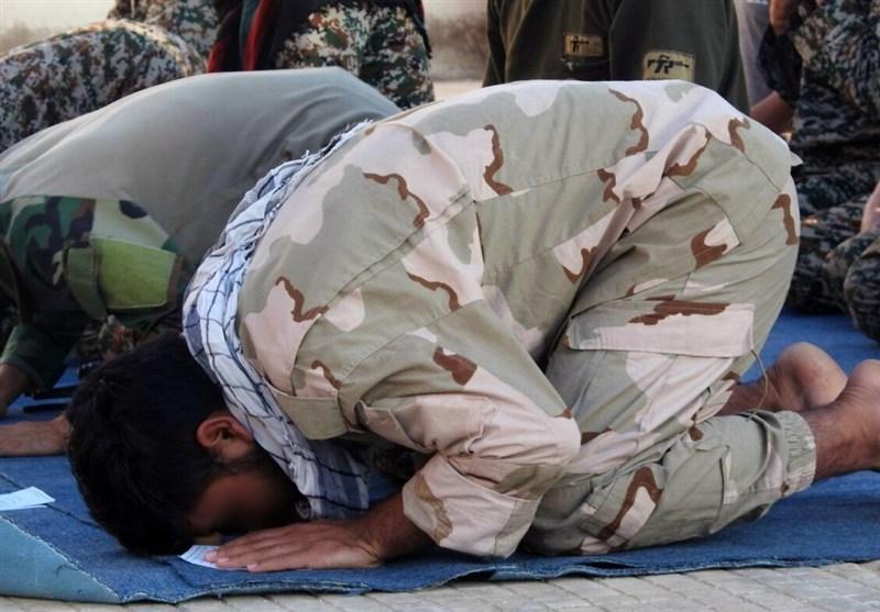 اقامه نماز عید قربان بین رزمندگان فاطمیون در سوریه+عکس