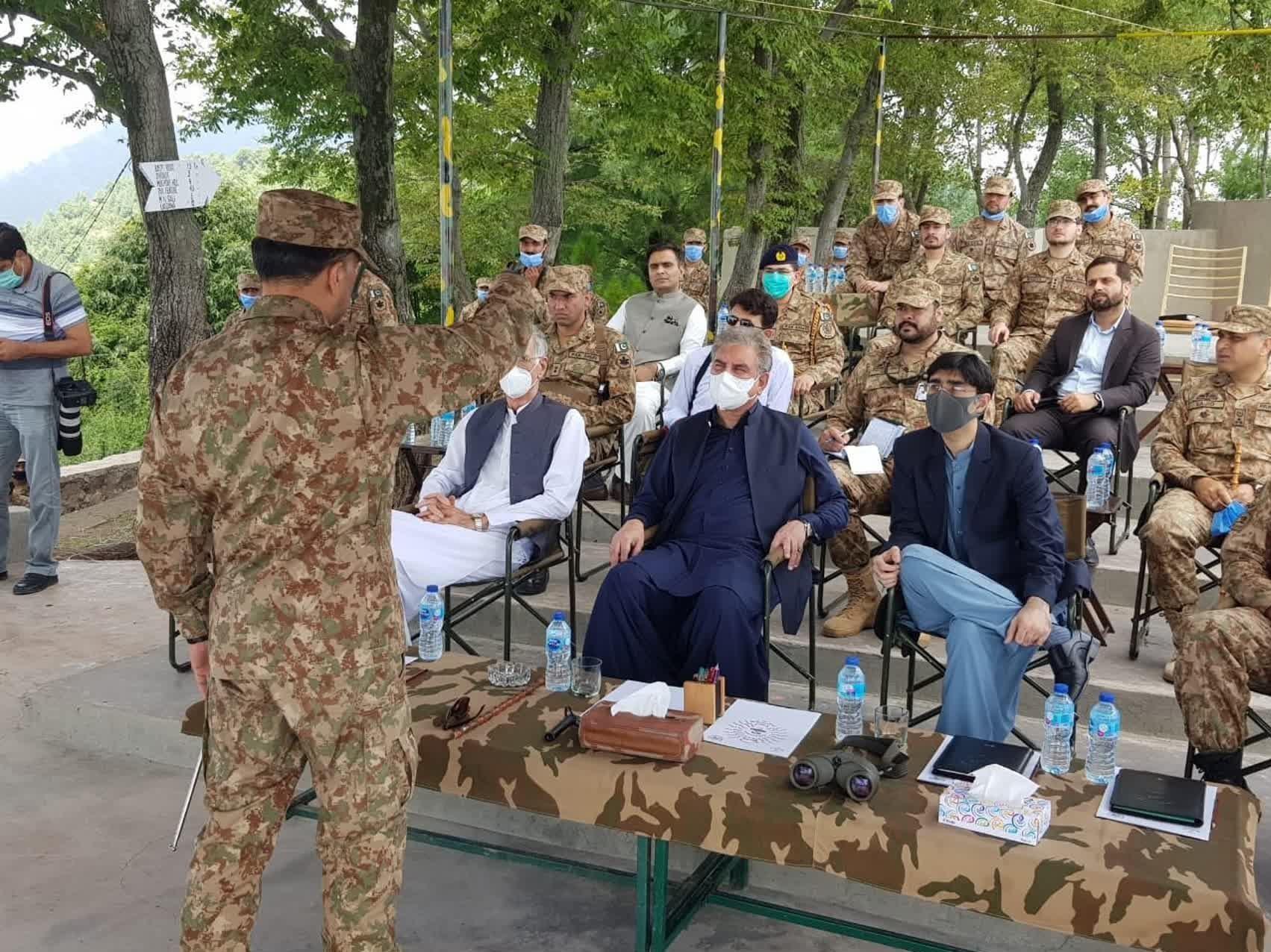 وزیر خارجہ شاہ محمود قریشی پرویز خٹک کے ہمراہ کنٹرول لائن پہنچ گئے