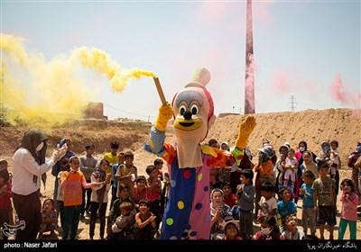 اجرای برنامه های شاد برای کودکان و تهیه بسته های اسباب بازی و اهدای کمک های مومنانه توسط بسیجیان و خیریه گل نرگس مسجد محمدی
