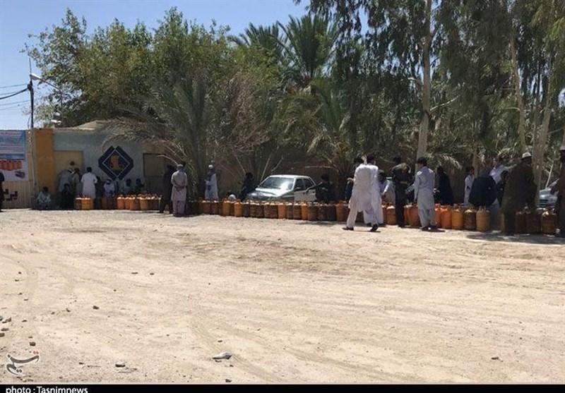 گزارش ویدیوئی  صفهای طولانی گاز در بلوچستان؛ کامیونها گاز را به موقع نمیرسانند!