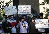 جمع من طلبة الجامعات یحتشدون امام السفارة الاماراتیة لدى طهران ( بالصور)