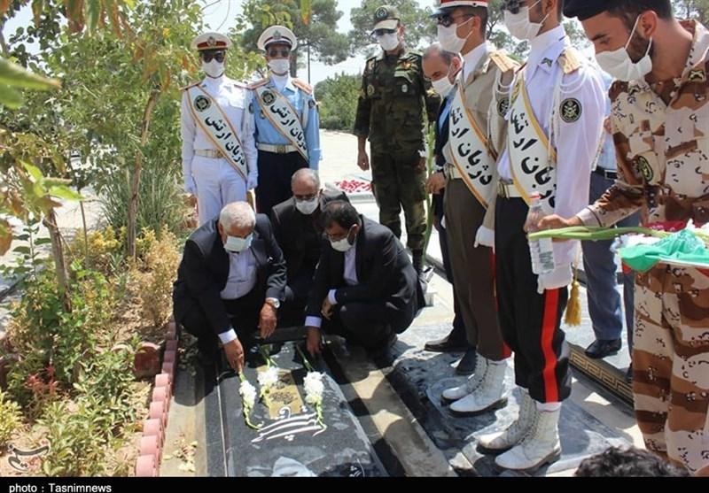 ادای احترام رئیس بنیاد شهید تهران به آزادگان شهید و متوفی+عکس