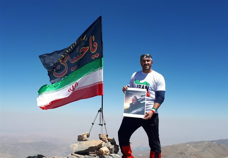 """کوهنورد ایرانی پرچم """"یا حسین(ع)"""" را بر فراز بلندترین قله کشور عراق به اهتزاز درآورد"""