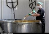 خدام رضوی در ایام فاطمیه غذای نذری در حاشیه شهر مشهد توزیع میکنند