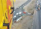 واژگونی یکدستگاه اتوبوس در اتوبان کرج ــ قزوین/ 25 مصدوم و دو کشته تاکنون