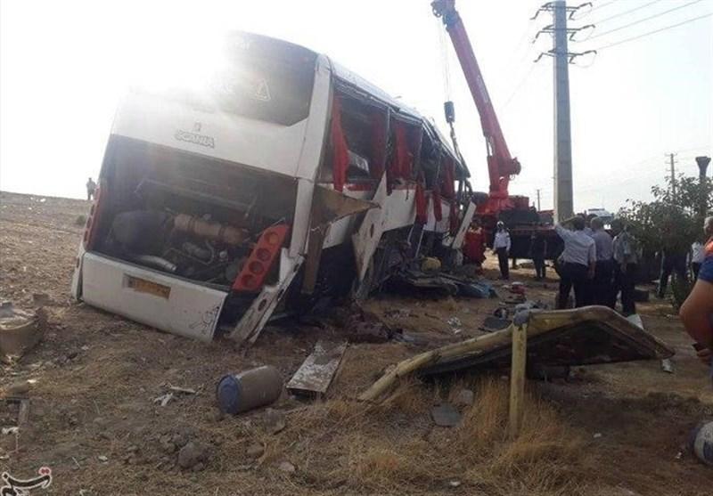 """سقوط اتوبوس خبرنگاران در نقده به دره / مصدومیت 21 خبرنگار / خبرنگاران ایسنا و ایرنا جان باختند / """"نقص فنی"""" علت واژگونی بود + اسامی مصدومان و جزئیات + فیلم و تصاویر"""