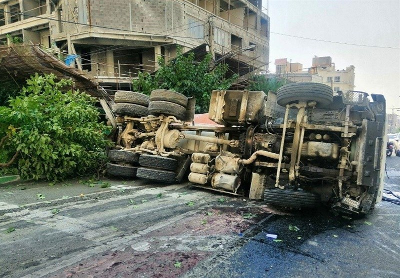 واژگونی میکسر حامل بتن پس از تصادف با 2 خودرو در شمال تهران + تصاویر