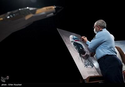 امضای پوسترمستند نبردهای فانتوم توسط امیر عزیز نصیرزاده فرمانده نیروی هوایی ارتش