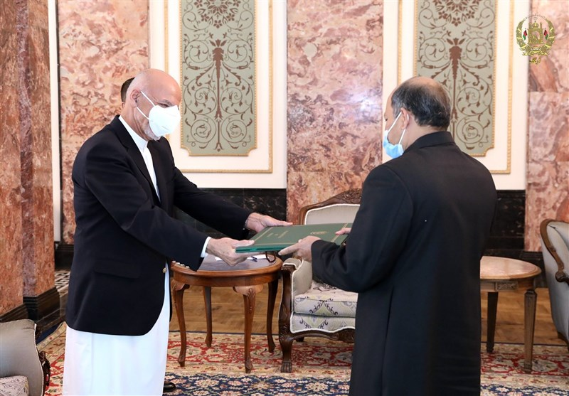 غنی در دیدار با سفیر پاکستان: پایان جنگ در افغانستان به نفع کشورهای منطقه است