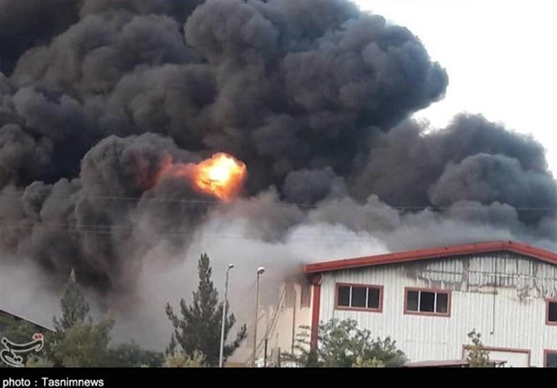 مهار آتش سوزی واحد صنعتی در شهرک اشتهارد/ حادثه تلفات جانی نداشت