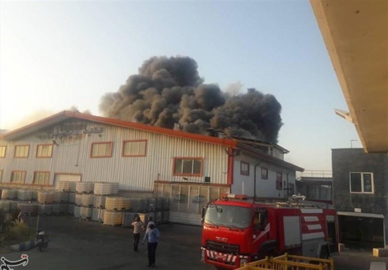 آتش سوزیدر یک واحد صنعتی شهرکاشتهارد/ دو آتش نشان دچار تنگی نفس شدند