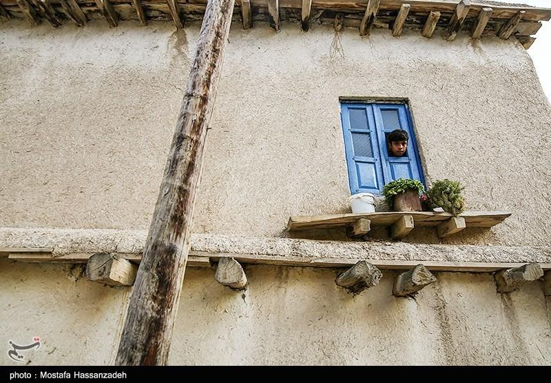 نمای عمومی ساختمانهای قدیمی روستا اکثراً کاهگل و در مواردی شامل سفیدکاری و رنگ آمیزی با استفاده از گل سفید است، امّا رنگ خاک و کاهگل رنگ غالب روستا است.