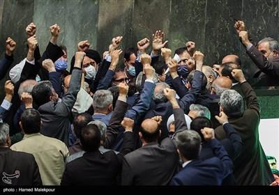 اعلام حمایت نمایندگان مجلس از سخنرانی فرمانده کل سپاه با سر دادن شعار مرگ بر آمریکا و مرگ بر اسرائیل