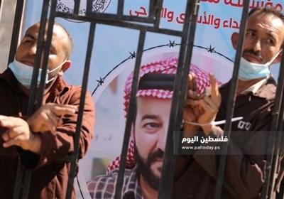 تجمع فلسطینیان در همبستگی با ماهرالاخرس در نود و هفتمین روز اعتصاب وی