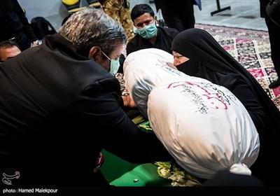 پیکر شهید مدافع حرم زکریا شیری در آغوش پدر و مادرش