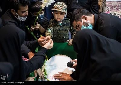 پسر شهید مدافع حرم زکریا شیری در مراسم وداع با پیکر پدر