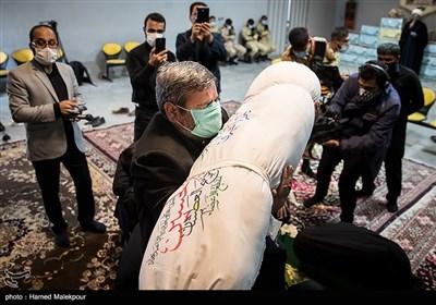 پیکر شهید مدافع حرم زکریا شیری در آغوش پدرش
