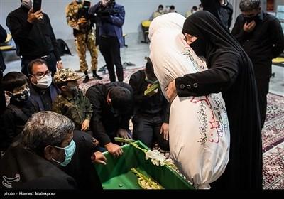 پیکر شهید مدافع حرم زکریا شیری در آغوش مادرش