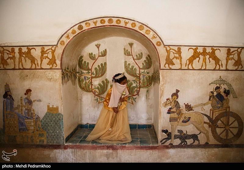آرزو دختر هفت ساله مبتلا به سرطان است و مراحل درمان را طی میکند. او آرزو داشت به شکل ملکه گنج را در قلعه ای ببیند . این آرزو با کمک مردم در قلعه باستانی شوش تحقق یافت