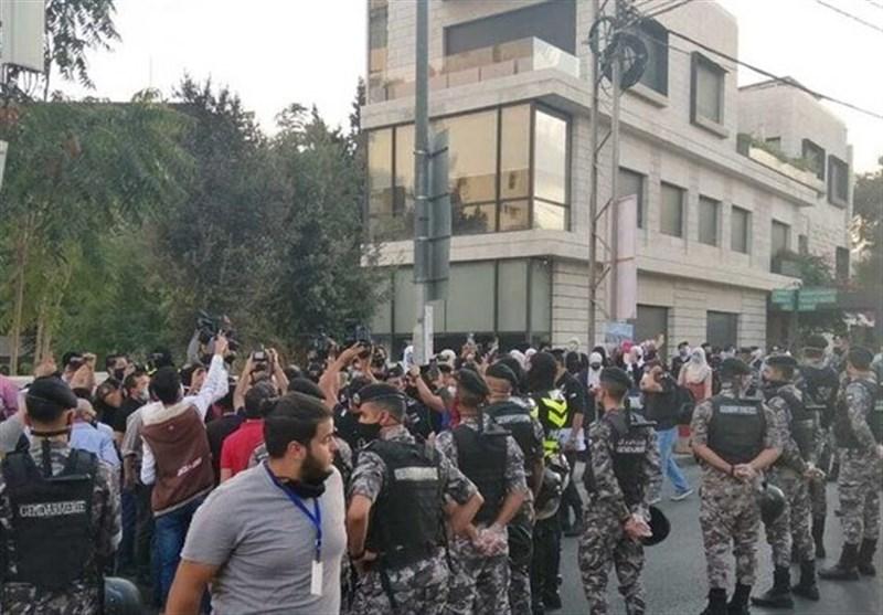 تظاهرات اردنیها مقابل سفارت فرانسه در امان/ معترضان خواستار تحریم کالاهای فرانسوی شدند