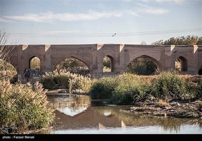 این پل بهعلت زیبایی و بافت تاریخی آن، میتواند به یک منطقه گردشگری زیبا تبدیل شود ولی اینک با باتلاقی از زبالهها درگیر است.