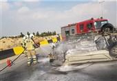 آتش گرفتن پژو 206 واژگون شده در آزادراه تهران ـ قم + تصاویر