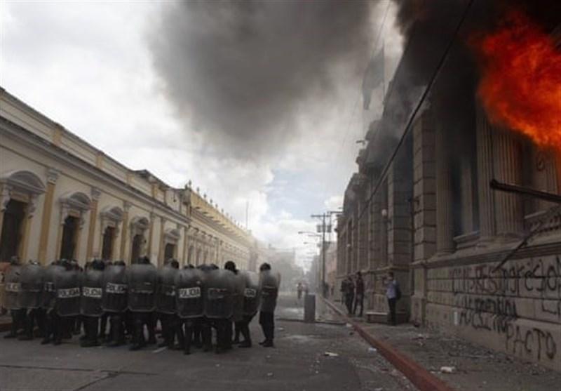معترضان پارلمان گواتمالا را به آتش کشیدند