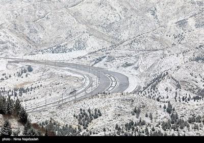 بارش برف در محور کرج ـ چالوس/ترافیک پرحجم در آزاد راه کرج ـ قزوین