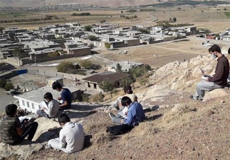 کوهپیمایی دانشآموزان روستای «سرهنگچه» اردستان برای شرکت در کلاس آنلاین/آقای وزیر فرزند شما اینچنین درس میخواند؟
