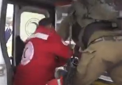 سلوک الجنود الصهاینة الوحشی خلال محاولة اعتقال جریح فلسطینی