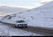 بارش برف در محور کرج ـ چالوس/ محورهای مواصلاتی استان البرز لغزنده شد