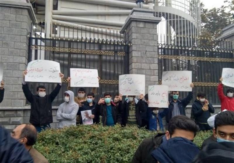 تجمع دانشجویی مردمی در محکومیت ترور دانشمند هستهای مقابل مجلس