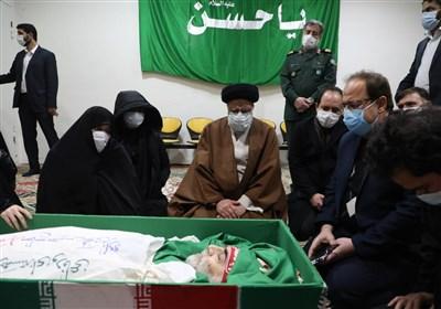 دیدار آیت الله رئیسی با پیکر شهید فخری زاده در حضور خانواده او+عکس
