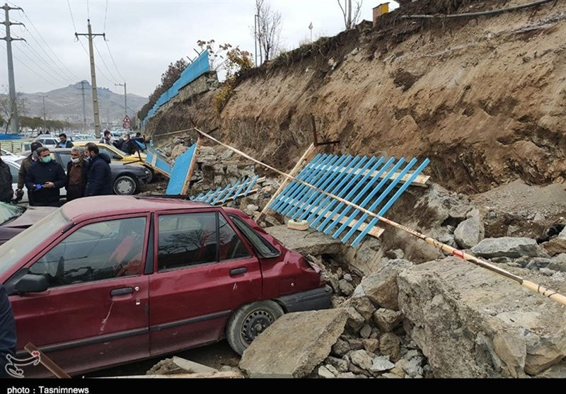 مدفون شدن خودروها بر اثر ریزش دیوار بهشت محمدی سنندج