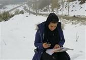 سکانسی از ایثار معلمان در خط مقدم کرونا/ تدریس معلم بالای کوه میان برفها