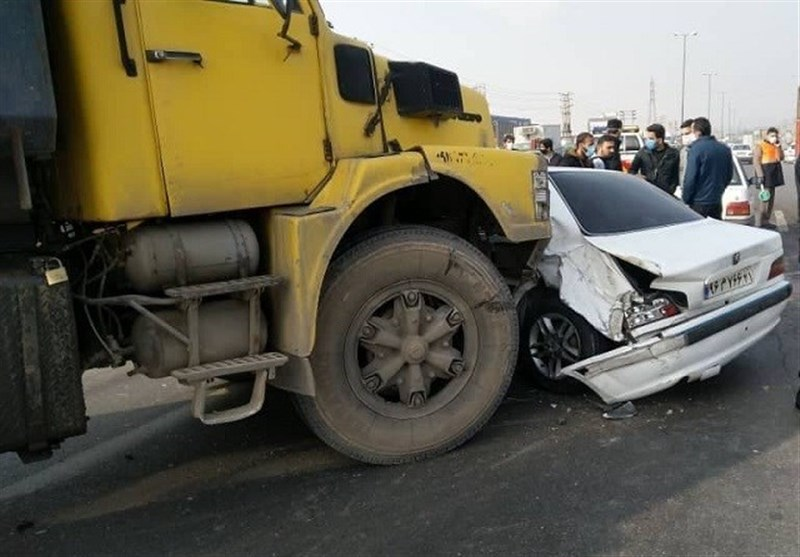 تصادف 6 دستگاه خودرو پس از برخورد سمند با تیر چراغ برق + فیلم و تصاویر