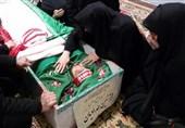 مادر شهید حدادیان خطاب به پدر روحالله زم: نباید از خجالت سر بلند کنید!/ اعلام برائت نکردن از پسرتان یعنی تایید جنایات او