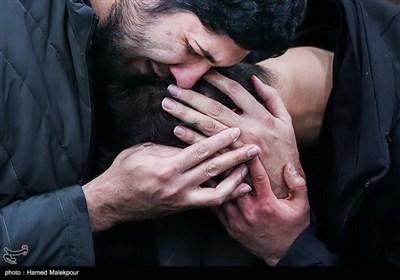 فرزند سپهبد شهید حاج قاسم سلیمانی پس از اعلام شهادت در آغوش فرزند شهید احمد کاظمی