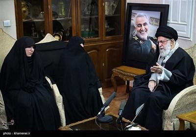 حضور مقام معظم رهبری در منزل سپهبد شهید حاج قاسم سلیمانی