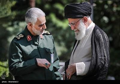 سپهبد شهید حاج قاسم سلیمانی در کنار مقام معظم رهبری