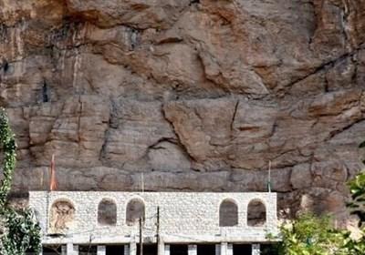 اندر احوالات مسجدی که زیر یکی از بزرگترین کلاهکهای سنگی جهان قرار دارد
