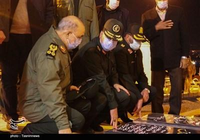 فرمانده کل سپاه پاسداران به مقام شهیدان مراسم تشییع شهید سلیمانی ادای احترام کرد + عکس