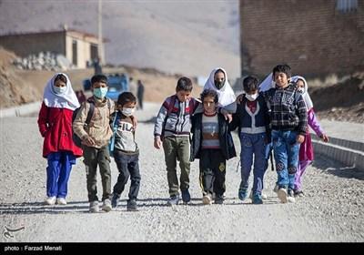 دانشآموزان روستای بانریون برای استفاده از شبکه شاد باید هر روز مسیر چند کیلومتری را راهپیمایی کنند